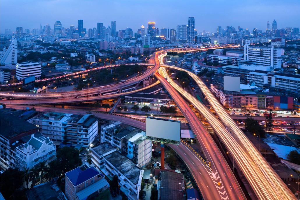 Autobahn und Lichtspuren blaue Stunde