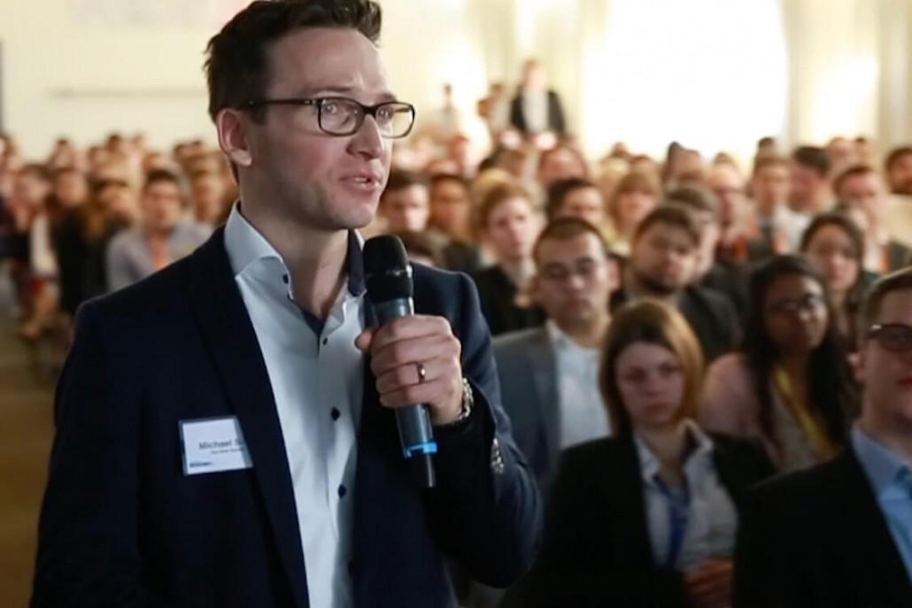 Michael Siller mit Mikrofon