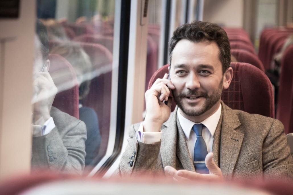 Geschäftsmann am Telefon im Zug