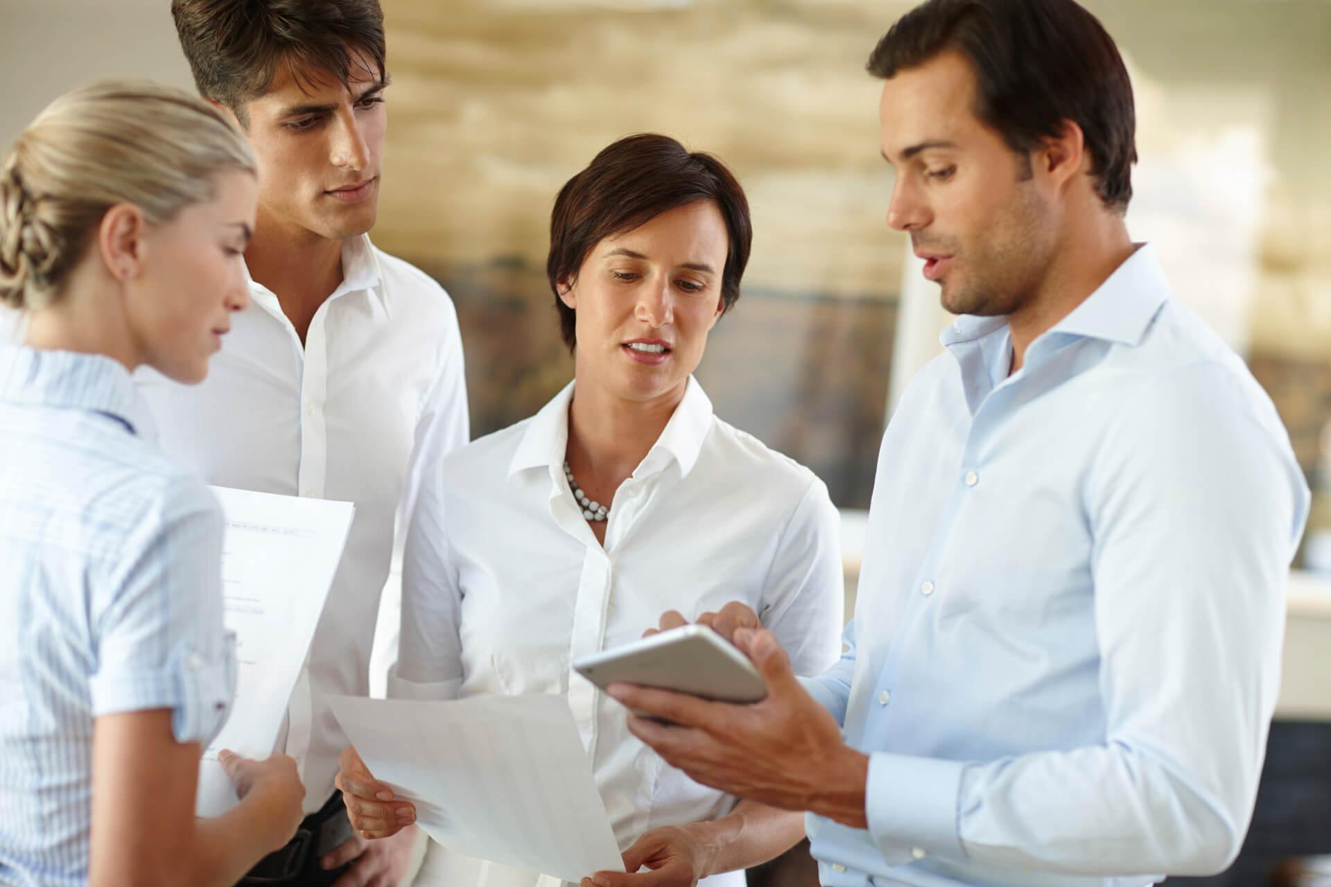Mitarbeiter Meeting mit Tablet